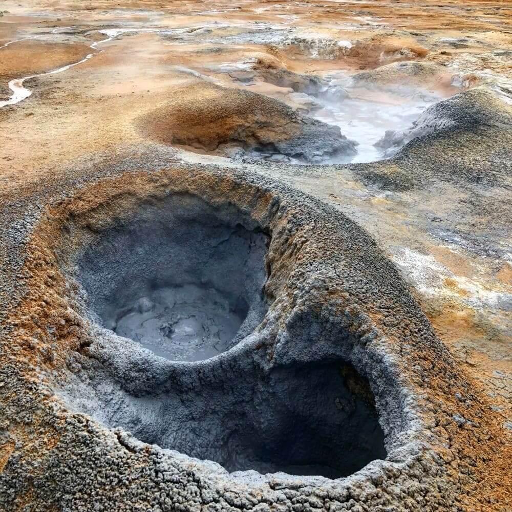 Bubbelende modderpoelen bij geothermische gebied Hverarond IJsland