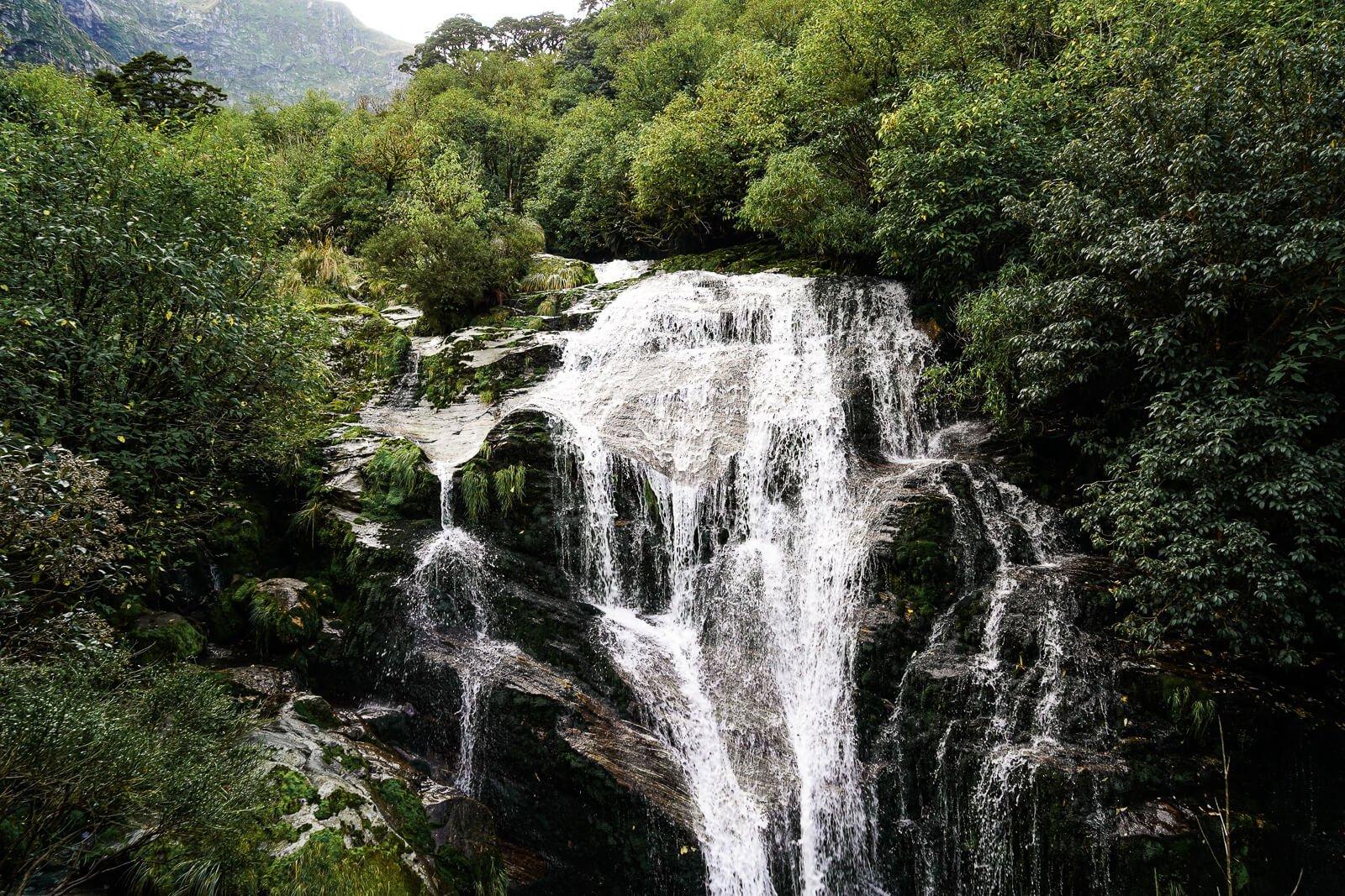 Watervallen tijdens de Milford track op de derde dag - by NOMADS