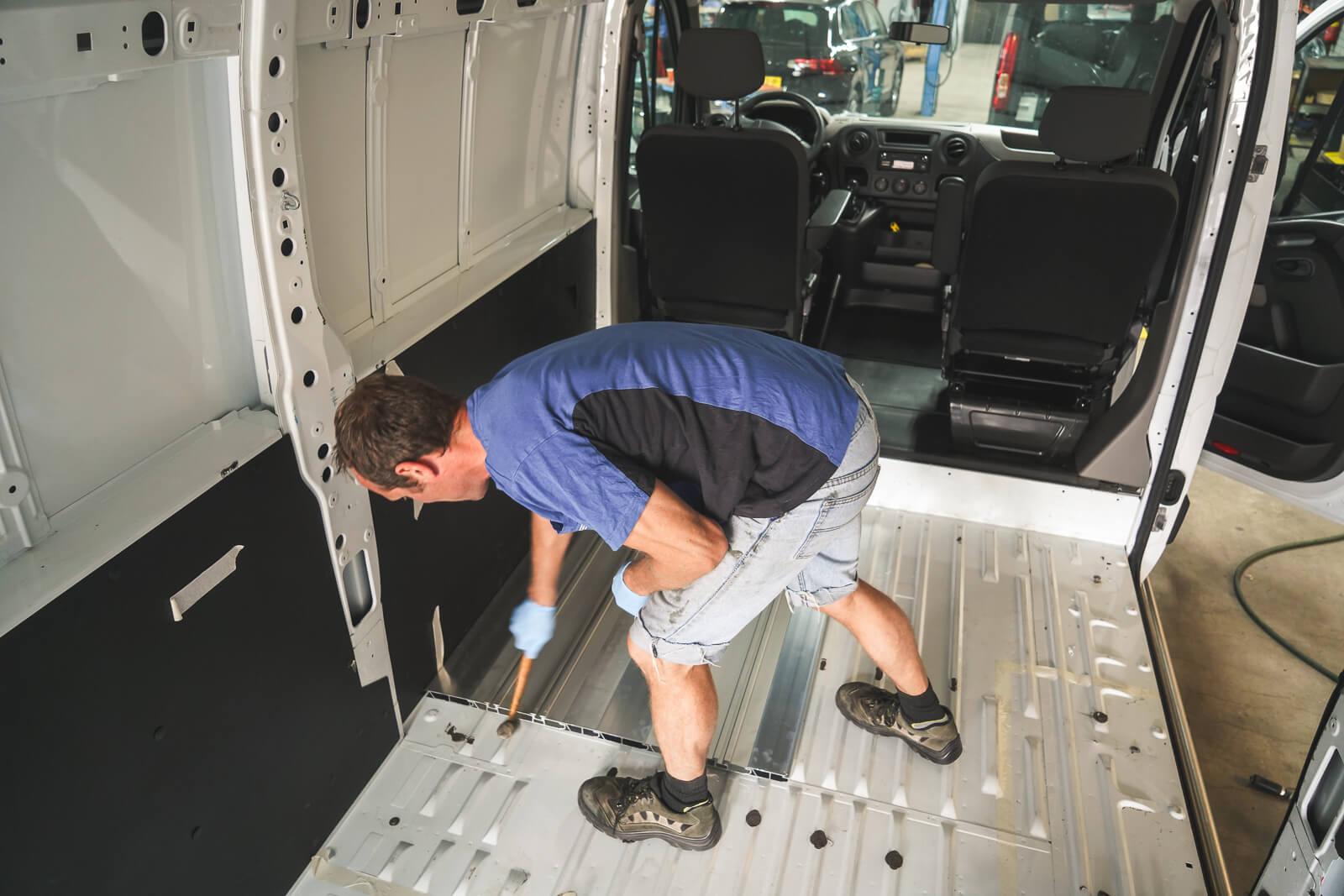 Bodemplaat extra zitplaatsen camper afwerken - B&S autoaanpassingen