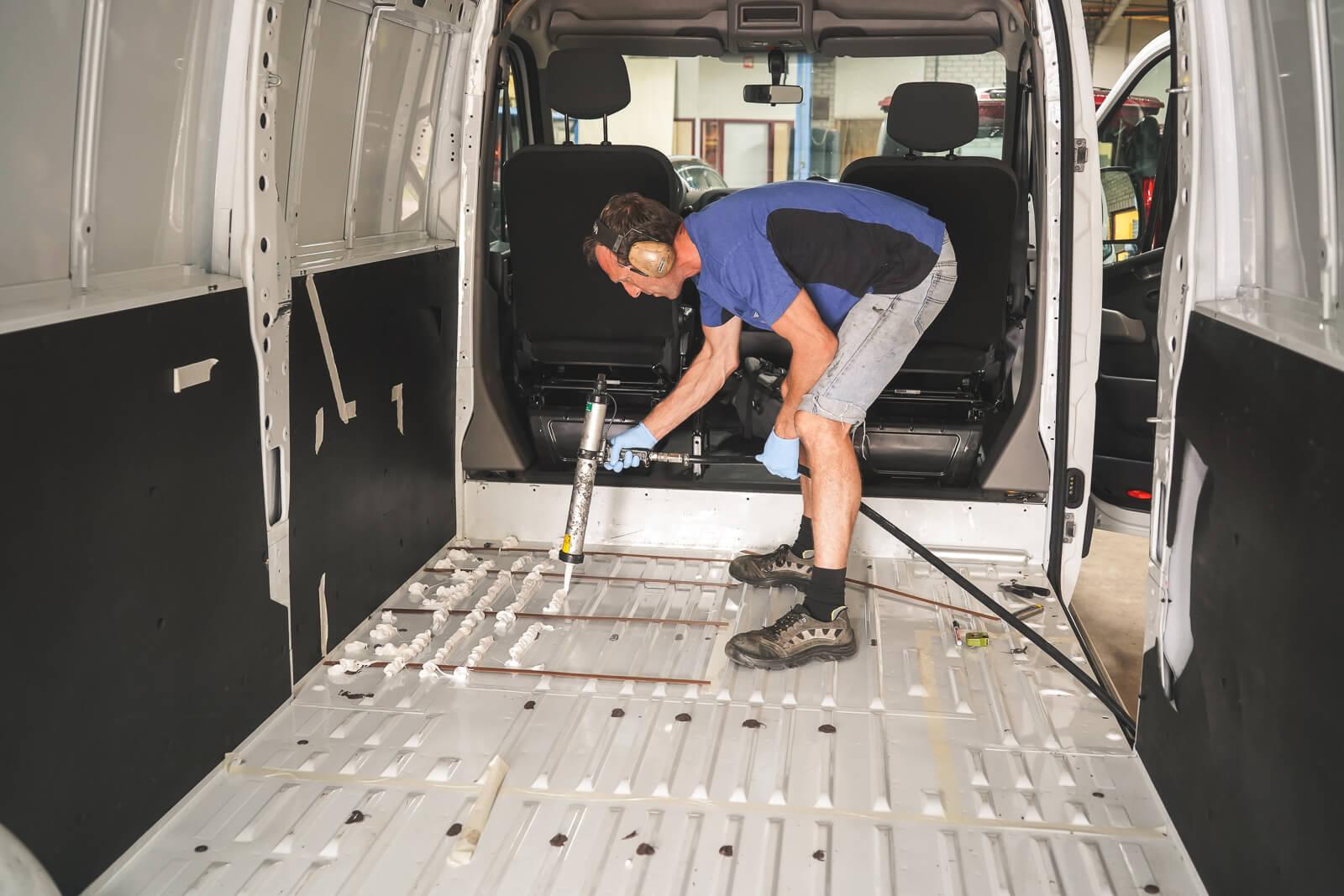 Bodemplaat van extra zitplaatsen camper monteren - B&S autoaanpassingen