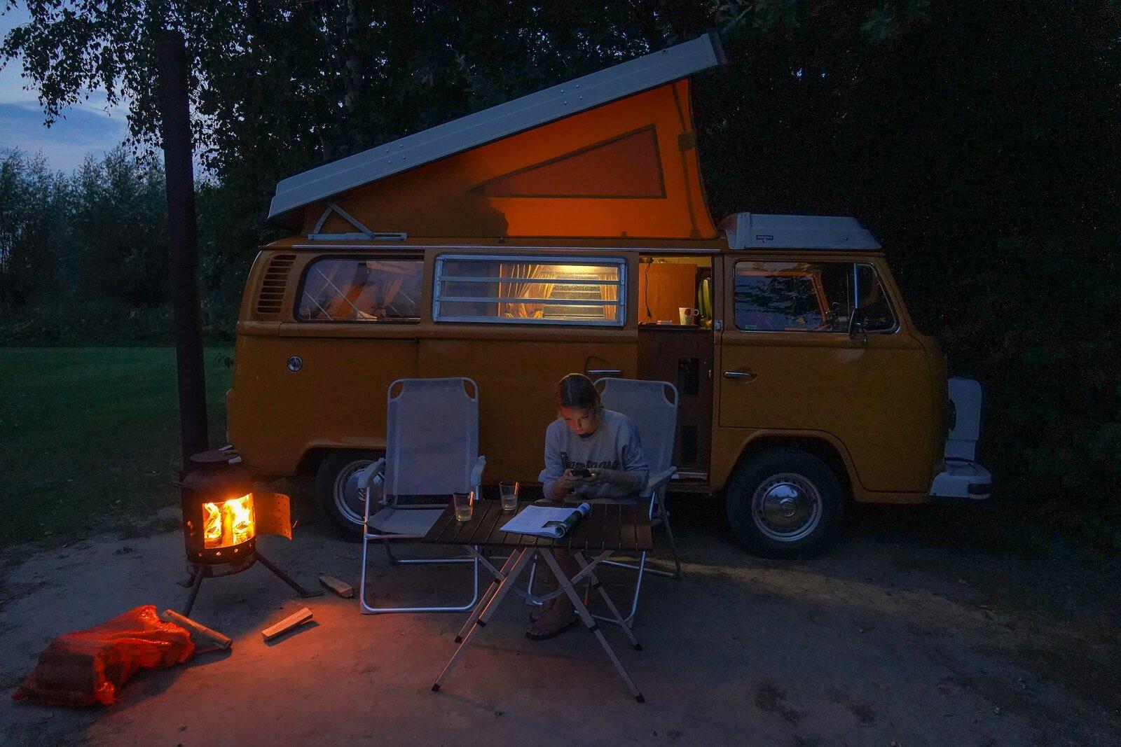 Bij Natuurkampeerterrein de Haverkamp kun je een houtkachel huren voor bij je kampeerplaats