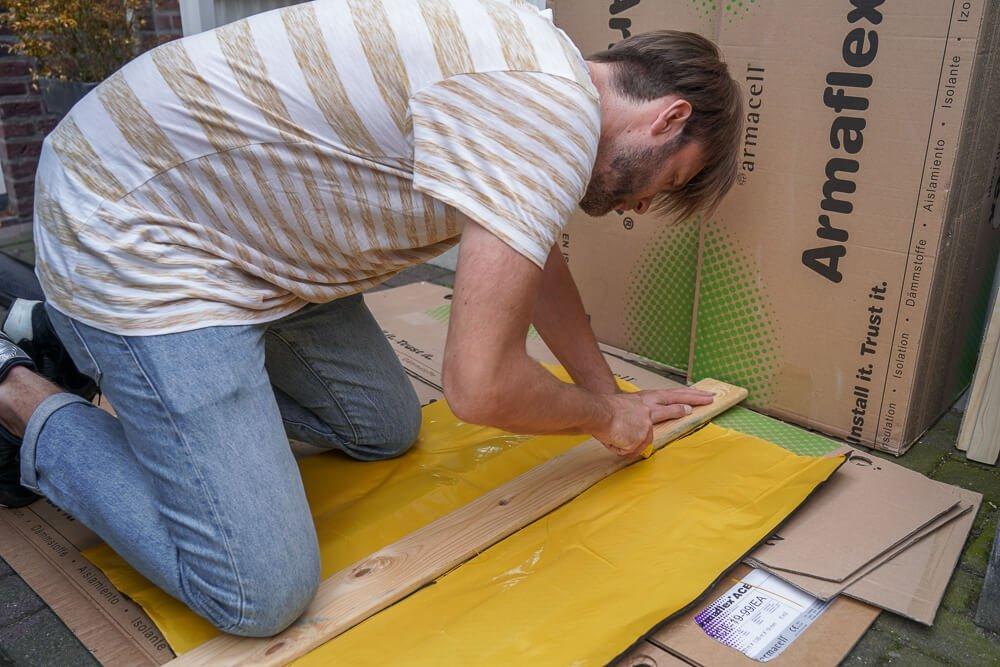Camper isolatie - Ontdreuningsplaten op maat snijden met een stanleymes