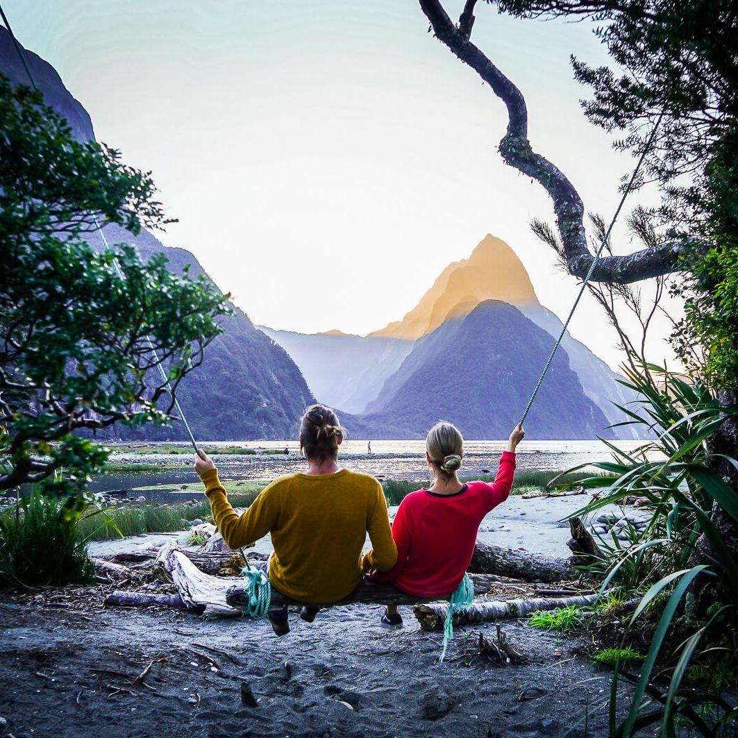 Schommelen bij Milford Sound Nieuw-Zeeland