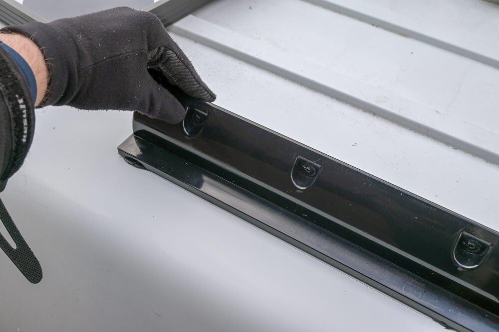 Spoilers op het dak lijmen - by NOMADS