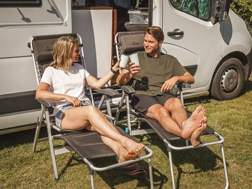 Comfortabele kampeerstoelen met losse voetensteun