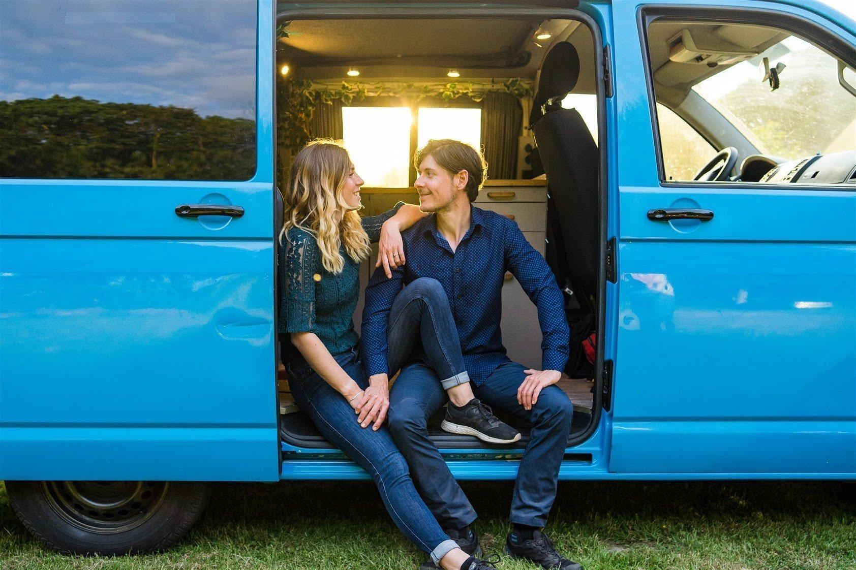 Anne en Martijn Blauwe bus