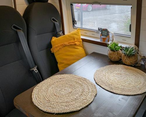 Camper zithoek met officiële zitplaatsenen